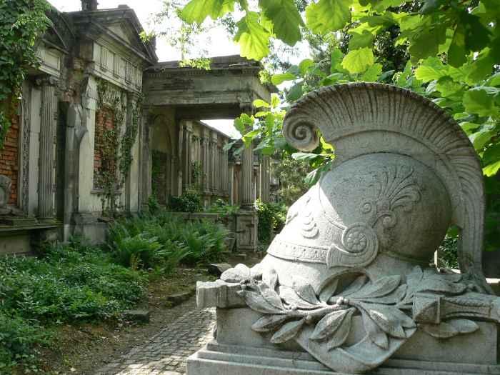 Antiker Helm auf dem Grab des Artillerieoffiziers Georg Sternberg auf dem jüdischen Friedhof in Breslau