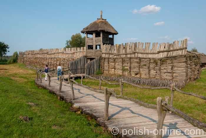 Holzsteg führt zur rekonstruierten Niederburg in Biskupin
