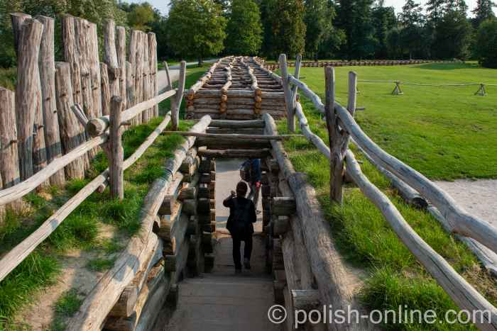 Holzkonstruktion des Schutzwalls der Lausitzer Niederburg in Biskupin