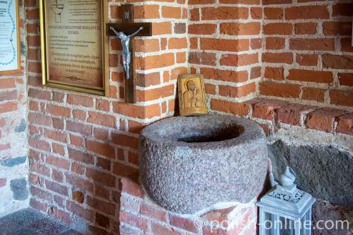 Weihwasserbecken in der Kirche Maria Himmelfahrt in Gallingen (Galiny) in Masuren