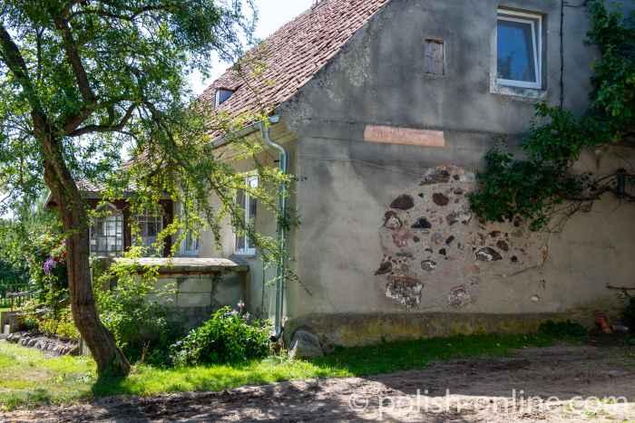 Ein aus Feldsteinen errichtetes Haus in Gallingen (Galiny) in Masuren