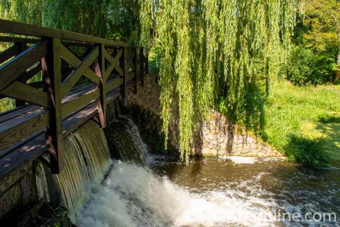 Stauwehr im Schlosspark von Gallingen (Galiny) in Masuren