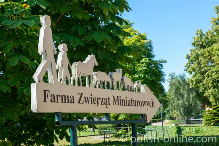 Wegweiser zu einem Miniaturenzoo auf dem Landsitz Gallingen in Masuren