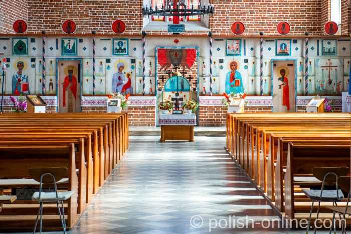 Ikonostase des Künstlers Jerzy Nowosielski in der Kirche des Heiligen Kreuzes in Landsberg (Górowo Iławeckie) in der früheren Provinz Ostpreußen