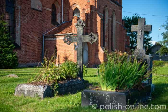 Gräber von Pfarrern vor der Kirche des heiligen Laurentius in Migehnen (Migajny)