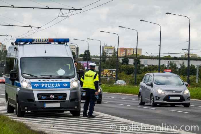 Ein polnischer Polizist kontrolliert mit einem Lasermessgerät die Geschwindigkeit