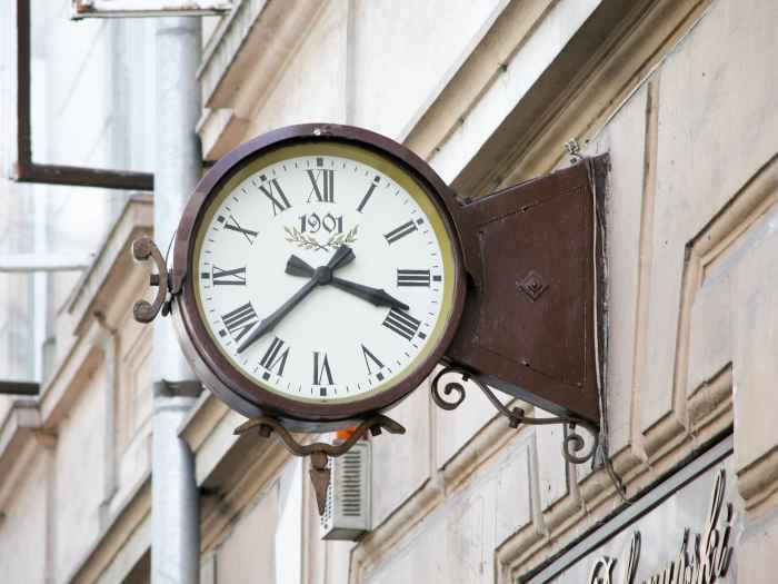 Uhr an einem Haus in Neu Sandez (Nowy Sącz)