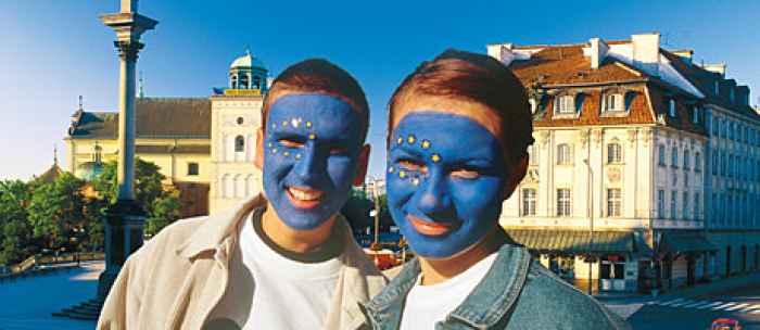 Zwei junge Polen mit aufgemalten EU-Fahnen im Gesicht