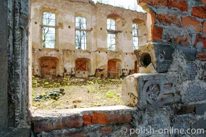 Das Innere der 1945 zerstörten evangelischen Kirche in Arnsdorf. Nur vereinzelt sind noch Verzierungen der Wände zu erkennen.