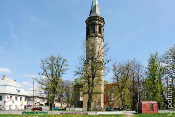 Kirchturm der zerstörten evangelischen Kirche in Arnsdorf (Miłków) im Riesengebirge