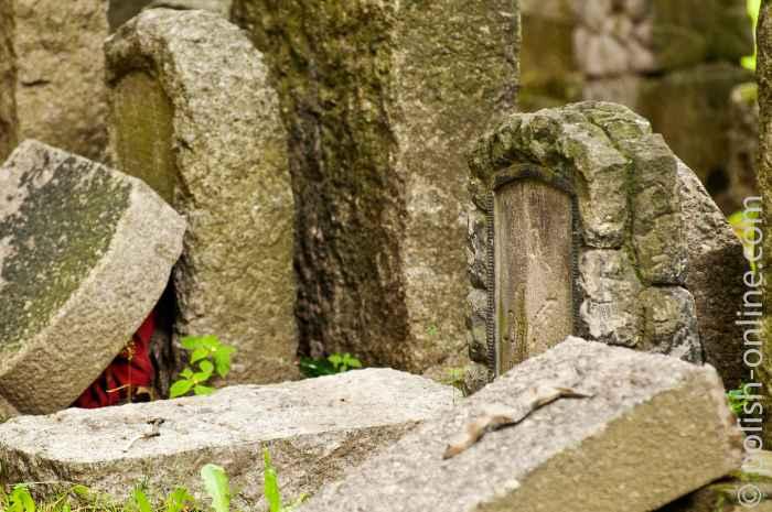Alte deutsche Grabsteine auf einem Friedhof in Arnsdorf (Miłków)