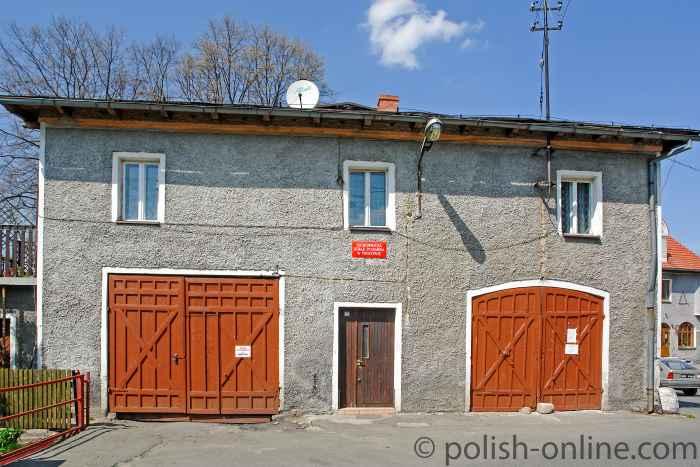 Das Gebäude der Freiwilligen Feuerwehr in Arnsdorf (Miłków).