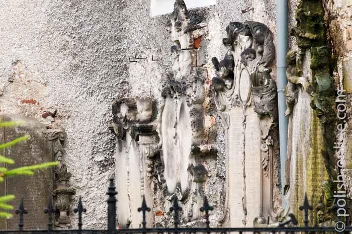 Epitaphsteine an der Außenwand der St.-Hetwig-Kirche in Arnsdorf (Miłków)