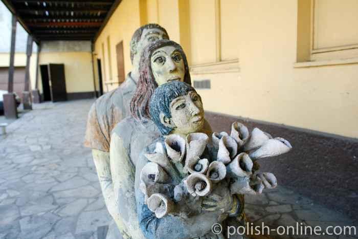 Skulpturen auf dem Schlossgelände in Arnsdorf (Miłków)