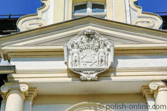 Wappen über dem Eingang zum Schloss von Arnsdorf (Miłków)