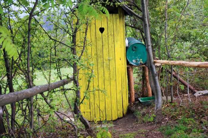 Toilettenhäuschen nahe einer Berghütte in den Beskiden