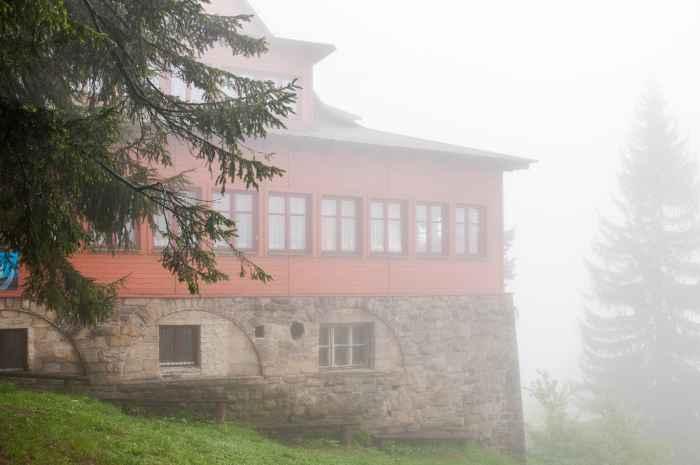 Baude Stożek im Nebel