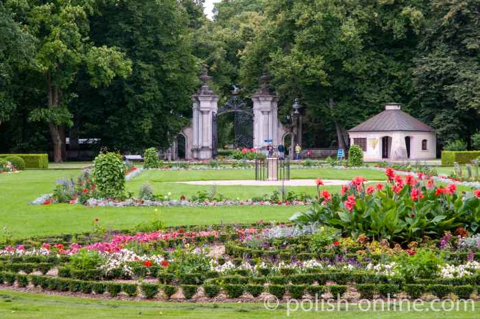 Schlossgarten und Einfahrtstor zum Schloss Kozłówka
