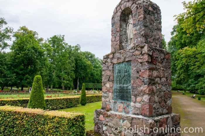 Denkmal der französischen Soldaten im Schlossgarten Kozłówka