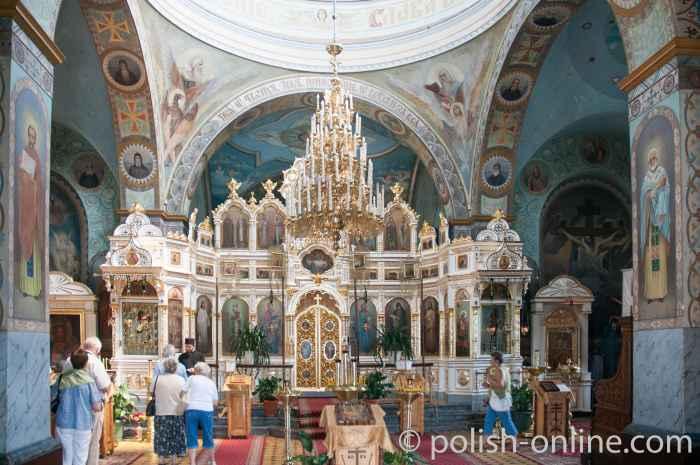 Altarraum mit Ikonenschränken und dem Proskynetarion in Jabłeczna