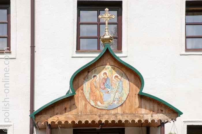 Eingang zum Klostergebäude in Jabłeczna