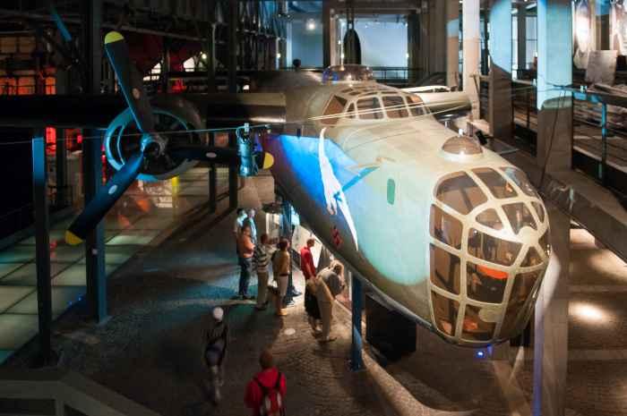 Britischer Bomber im Museum des Warschauer Aufstandes
