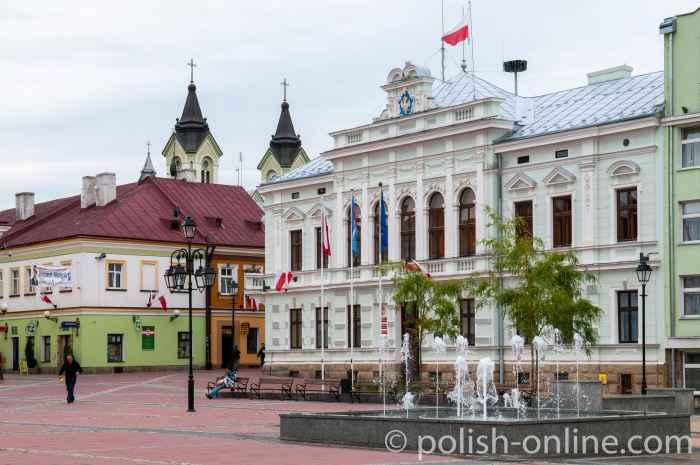 Marktplatz mit dem Rathaus von Sanok