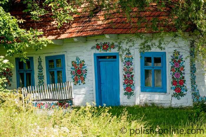 Mit Blumenmotiven bemalte Hauswand in Zalipie
