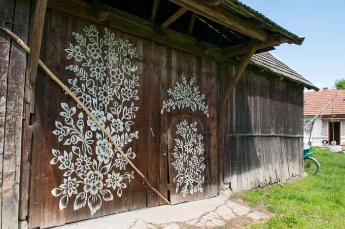 Mit Blumenmotiven bemaltes Scheunentor in Zalipie