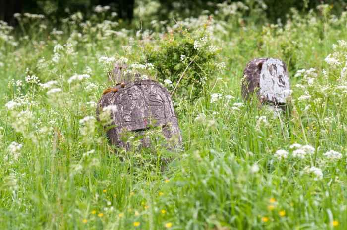 Grabsteine auf jüdischen Friedhof in Ustrzyki Dolne