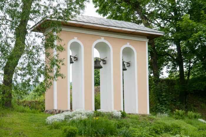 Glockenturm der Erzengel-Michael-Kirche in Ustrzyki Dolne