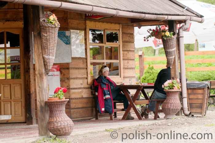 Eine typische Touristenkneipe in Ustrzyki Górne. Für den Kaffee empfiehlt es sich, seinen eigenen Becher mitzubringen, will man sich nicht an den hier üblichen Wegwerf-Plastikbehälter die Pfötchen verbrennen