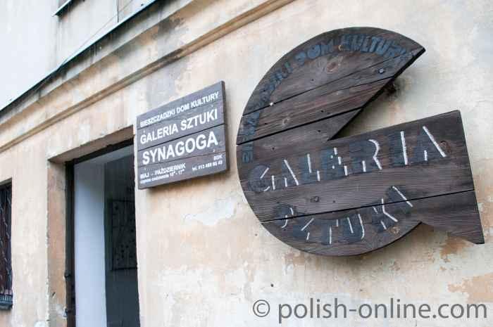 Werbetafel für Kunstgalerie an der Synagoge in Lesko