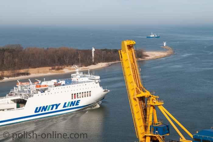Eine Fähre verlässt den Hafen von Swinemünde