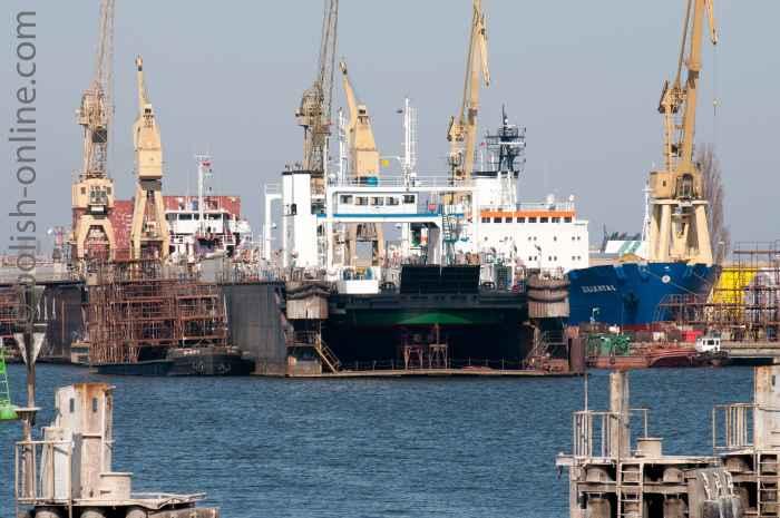 Zwei Schiffe in einem Trockendock in Swinemünde