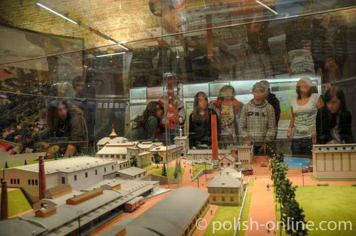 Schüler vor dem Modell der alten Brauerei in Żywiec