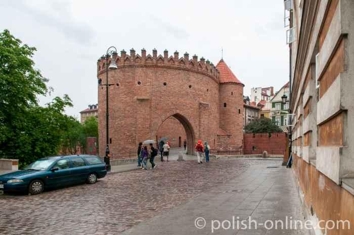 Barbakane in Warschau bei Regenwetter