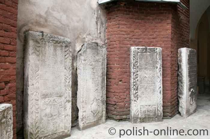 Grabplatten vor der armenischen Kirche in Lemberg