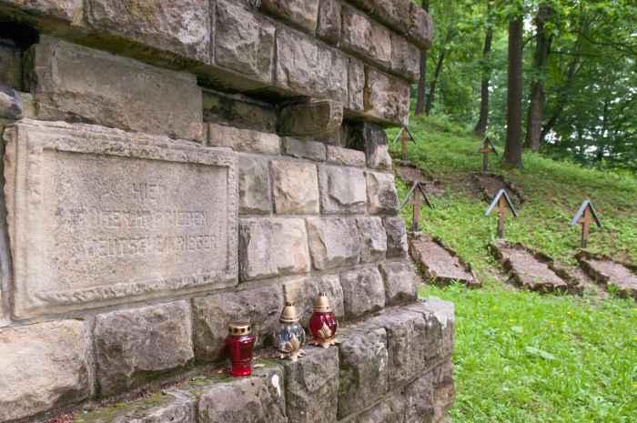 Deutsche Inschrift auf dem Kriegerfriedhof Nr. 123 in Łużna-Pustki