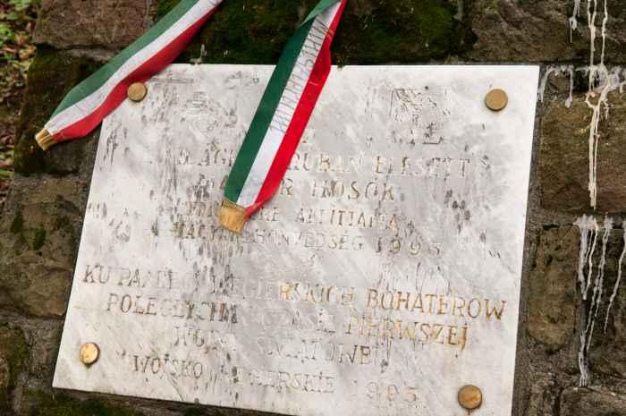Gedenktafel für ungarische Gefallene auf Soldatenfriedhof in Łużna-Pustki