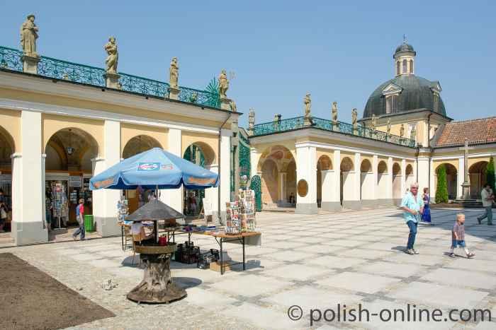 Kirchhof vor der Wallfahrtskirche Heilige Linde
