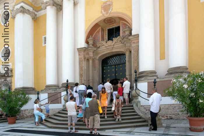 Haupteingang der Basilika Heilige Linde
