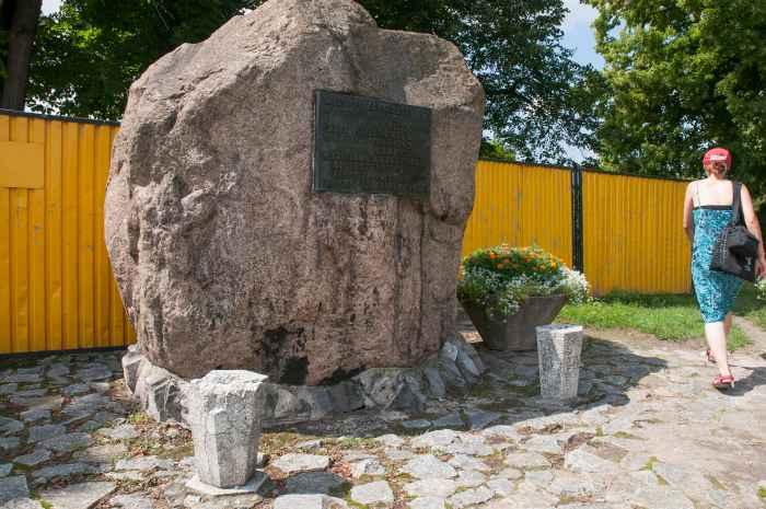 Gedenkstein, der an die Deportation der Kinder von Zamosc erinnert