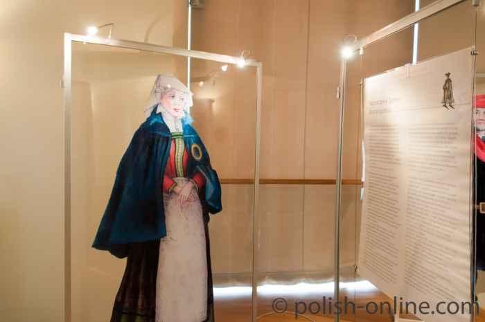 Traditionelles jüdischen Frauengewand in der Synagoge Breslau