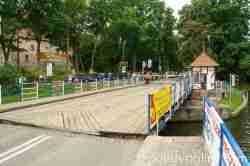 Das Öffnen der Drehbrücke ist Handarbeit