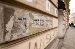 Alter jüdischer Schriftzug an einer Fassade in Krakau