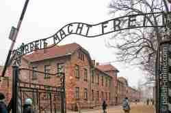 Toraufschrift Arbeit macht frei im KZ Auschwitz