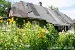 Verfallenes Haus und bunte Blumenpracht