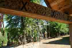 Kreuze im Kiefernwald auf dem Grabarka-Hügel in Polen