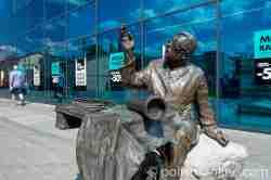 Bronzestatue von Adam Giedrys in Neustettin